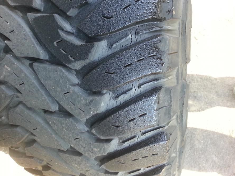 Cracks on my tires. Help-20121207_095143.jpg
